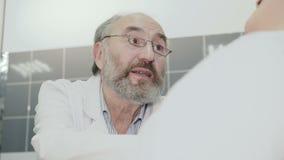 Arzt, der gute Nachrichten gibt, um im Krankenhaus zu verbinden 4K stock video footage