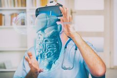 Arzt, der Kopfh?rer der virtuellen Realit?t verwendet lizenzfreie stockbilder