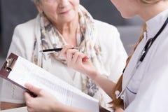 Arzt, der medizinisches Interview tut lizenzfreie stockfotos