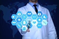 Arzt, der mit Gesundheitswesenikonen arbeitet Modernes medizinisches Technologiekonzept stockfotos