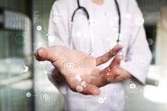 Arzt, der mit moderner Schnittstelle des virtuellen Schirmes des Computers arbeitet Medizintechnik- und Gesundheitswesenkonzept stockfoto
