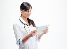 Arzt, der Tablet-Computer verwendet Stockfotografie