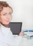 Arzt, der Tabletten-PC verwendet Stockbild