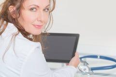 Arzt, der Tabletten-PC verwendet Stockbilder
