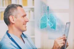 Arzt, der Tabletten-PC verwendet lizenzfreie stockbilder