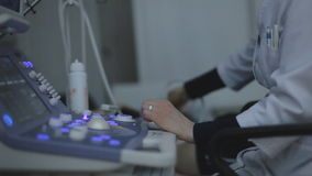 Arzt, der Ultraschall mit moderner Ausrüstung macht stock video footage