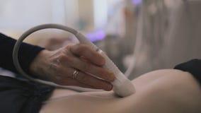 Arzt, der Ultraschall mit moderner Ausrüstung macht stock video