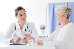 Arzt für Allgemeinmedizin, der medizinisches Interview tut lizenzfreie stockfotografie