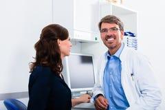 Arzt für Allgemeinmedizin in Doktorbüro Stockbild