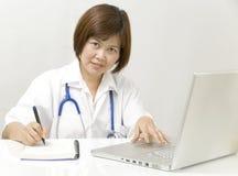 Arzt an ihrem Schreibtisch lizenzfreie stockfotografie