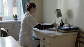 Arzt im Büro am Tisch Doktor in einem sehr alten Krankenhaus im Büro stock video