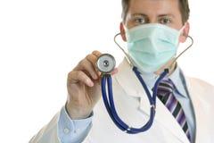 Arzt möchte den Herzschlag mit Stethoskop hören Lizenzfreie Stockbilder