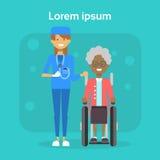 Arzt With Senior Woman auf Rollstuhl-glücklichem Afroamerikaner alter weiblicher behinderter lächelnder Sit On Wheelchair stock abbildung