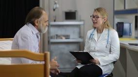 Arzt, welche dem Patienten guten medizinischen Ergebnissen sagt stock footage
