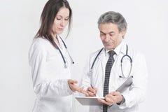 Arzt zwei besprechen die Diagnose des Patienten Getrennt auf weißem Hintergrund lizenzfreie stockfotos