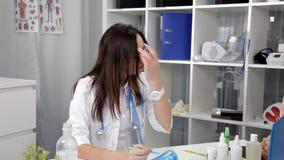 Arztdermatologenbüro macht Empfehlungen brunette weiblichen Patienten Frauen existiert in der medizinischen Uniform stock video footage