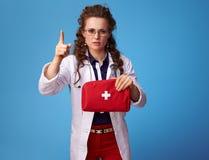 Arztfrau mit zeichnender Aufmerksamkeit des Erste-Hilfe-Sets stockbilder