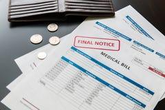 Arztrechnung vom Krankenhaus, Konzept von steigenden medizinischen Kosten Stockbilder