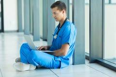 Arztsitzen lizenzfreies stockbild