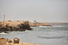 As águas bonitas do Oceano Atlântico com seu litoral rochoso perto da cidade de Dacar em Senegal Foto de Stock Royalty Free