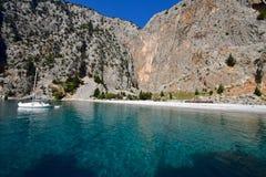 As águas claras do mediterrâneo de uma baía em Grécia Fotografia de Stock