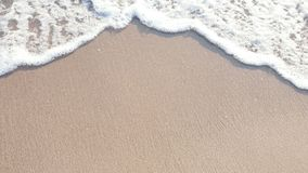 As águas claras e a areia são um fundo bonito imagem de stock