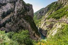 As águas as mais puras do rio Moraca que flui entre as gargantas foto de stock
