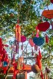 As árvores altas são decoradas completamente com fitas vermelhas muitas fitas vermelhas amarradas às árvores Ásia Imagem de Stock