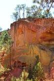 As árvores em cima do ocre colorido balançam, Roussillon, França Imagens de Stock