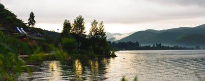 As árvores inverteram a reflexão na água Fotos de Stock