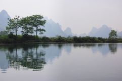 As árvores pelo rio Fotos de Stock Royalty Free