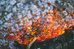 As últimas faíscas do fogo da noite Imagem de Stock Royalty Free