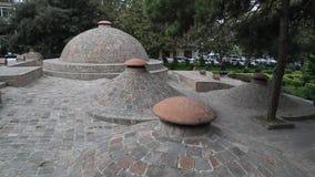 As abóbadas dos banhos famosos do enxofre na tarde em Tbilisi, Geórgia, em novembro de 2018 video estoque