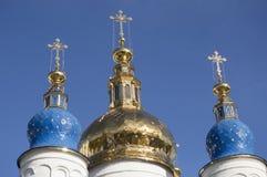 As abóbadas douradas da catedral da Sophia-suposição do St em Tobolsk Imagem de Stock