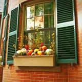 As abóboras aproximam a janela da casa para Dia das Bruxas Fotos de Stock Royalty Free