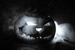 As abóboras de Dia das Bruxas sorriem e os olhos scrary para a noite do partido Feche acima da vista da abóbora assustador de Dia Fotografia de Stock Royalty Free