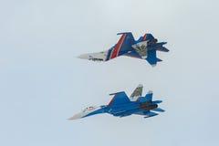 As acrobacias da mostra de Sukhoi Su-27 do lutador em um russo do airshow Knights Imagens de Stock