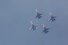 As acrobacias da mostra de Sukhoi Su-27 do lutador em um russo do airshow Knights Fotografia de Stock Royalty Free