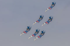 As acrobacias da mostra de Sukhoi Su-27 do lutador em um russo do airshow Knights Fotos de Stock Royalty Free