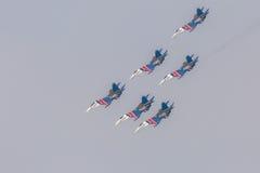 As acrobacias da mostra de Sukhoi Su-27 do lutador em um russo do airshow Knights Fotografia de Stock