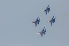 As acrobacias da mostra de Sukhoi Su-27 do lutador em um russo do airshow Knights Foto de Stock