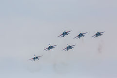 As acrobacias da mostra de Sukhoi Su-27 do lutador em um russo do airshow Knights Fotos de Stock