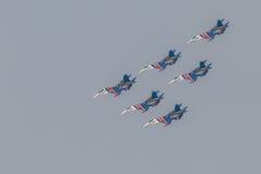 As acrobacias da mostra de Sukhoi Su-27 do lutador em um russo do airshow Knights Imagens de Stock Royalty Free