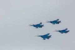 As acrobacias da mostra de Sukhoi Su-27 do lutador em um russo do airshow Knights Foto de Stock Royalty Free