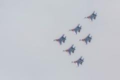 As acrobacias da mostra de Sukhoi Su-27 do lutador em um russo do airshow Knights Imagem de Stock