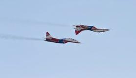 As acrobacias executaram pelo grupo da aviação das acrobacias Militar-ai Imagens de Stock
