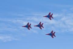 As acrobacias executaram pelo grupo da aviação das acrobacias Militar-ai Imagem de Stock Royalty Free