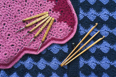 As agulhas de crochê estão na malhas do azul e do rosa Foto de Stock Royalty Free