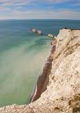 As agulhas e o penhasco branco na ilha do Wight foto de stock