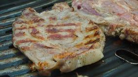 As aletas da espátula roasted o bife na grade filme